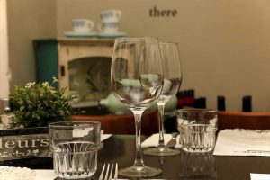כוסות יין על שולחן ערוך